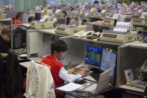 Un corredor de bolsa observa las transacciones realizadas en la bolsa de Hong Kong (China).