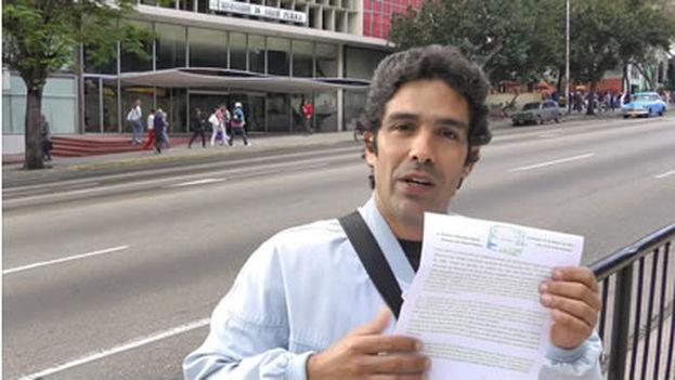 El doctor Jeovani Jiménez en 2012, presentando una protesta frente al ministerio e Salud Pública en La Habana. (Reinaldo Escobar)