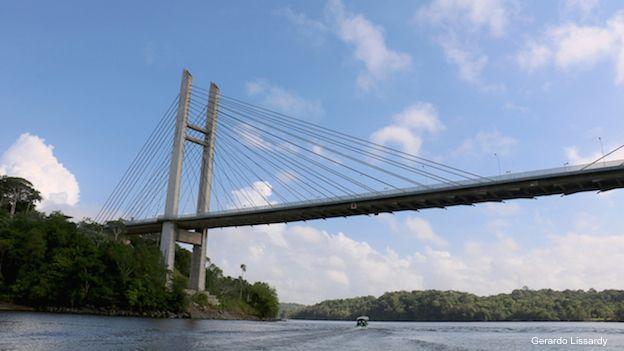 Puente sobre el río Oyapoque que conecta a Brasil con la Guyana Francesa.