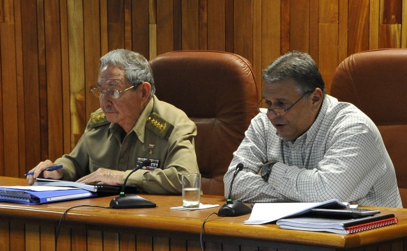 Raúl Castro junto a Marino Murillo, ministro de Economía (foto tomada de Internet)