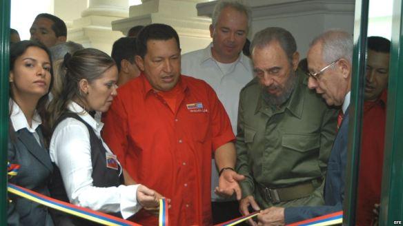 Fidel Castro y Hugo Chávez en la apertura de la oficina de Petróleos de Venezuela (PDVSA) en La Lonja del Comercio, en La Habana.