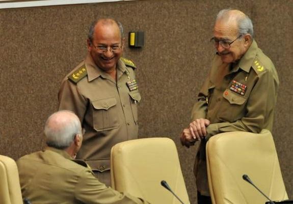 De frente, el actual Ministro de las FAR Leopoldo Cintra Frías (izq) y su predecesor, el fallecido Julio Casas Regueiro (der)