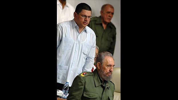 Otto Rivero Torres junto al entonces presidente cubano Fidel Castro en La Habana. Rivero Torres fue destituído de su cargo en 2009. (EFE/Alejandro Ernesto)