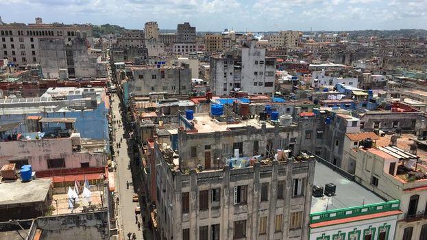 El lujo de la edificación hotelera, recién renovada, contrasta con el mal estado de los edificios que la rodean.  (14ymedio)