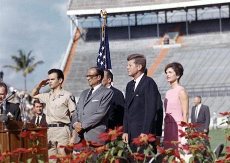 John F. Kennedy con los veteranos de Bahía de Cochinos...