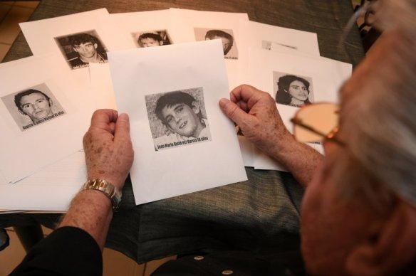 Jorge García mira la fotografía de su nieto asesinado.
