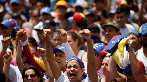 Un grupo de manifestantes de la oposición grita consignas contra el gobi...
