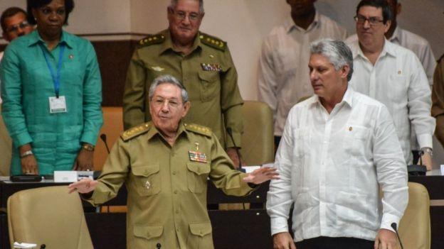 Raúl Castro, junto a su vicepresidente primero, Miguel Díaz-Canel.