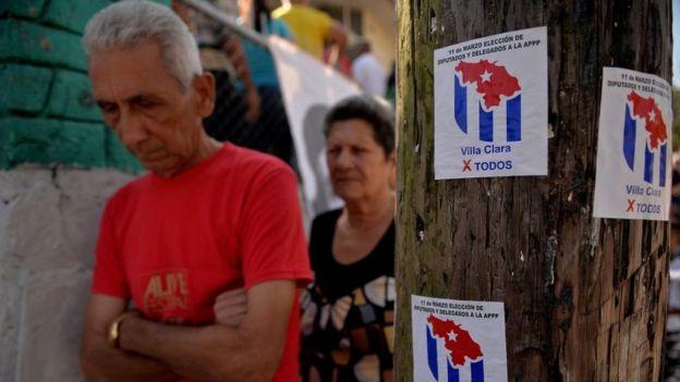 Personas hacen cola para votar en Santa Clara.