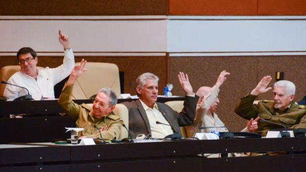 Raúl Castro y otros dirigentes cubanos en una votación en la Asamblea Nacional.
