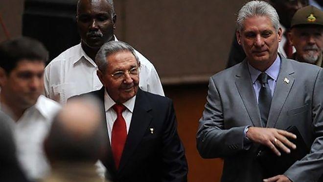 Raúl Castro a su llegada a la reunión junto al vicepresidente Díaz-Canel.
