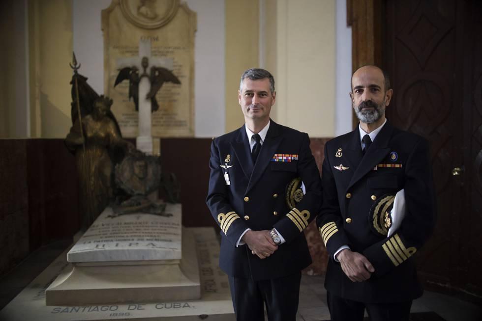 Manuel Cervera de la Paz (i), capitán de fragata de la Armada, y Jaime Cervera Valverde, comandante Naval de Cádiz, junto a la tumba del almirante Cervera.